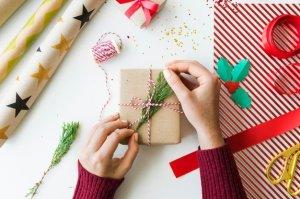 concepto-navidad-ano-nuevo-celebracion-decoraciones_53876-51356182877477.jpg