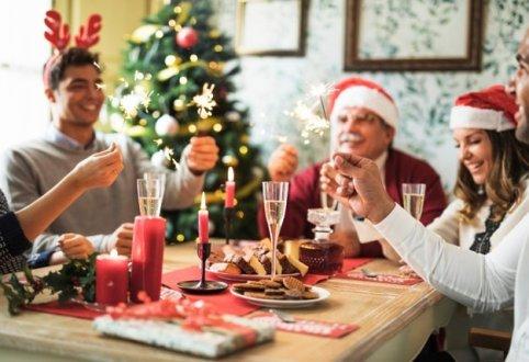 gente-feliz-fuegos-bengala-encendidos-mesa-festiva_23-21479737251338102664.jpg
