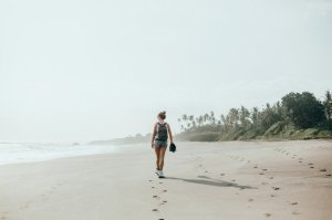 hermosa-jovencita-posando-playa-oceano-olas-sol-brillante-piel-bronceada_1296-832922956860.jpg