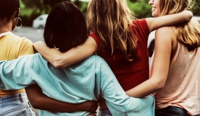vista-posterior-grupo-diversas-amigas-caminando-juntas_53876-315711557038495.jpg
